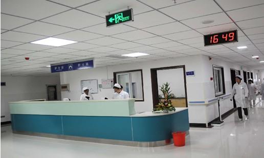 医院智能化控制系统和智能照明控制系统解决方案 1、系统概述 节能、智能科技与美学,21 世纪建筑业的主题。 现代建筑中照明系统对于能源的消耗已经高达 35%,建筑界已经引入绿色照明的概念,其中心思想是最大限度采用自然光源、设置时钟自动控制、采用照度感应和动静传感器等新技术。随着人们财富的积累,生活水平的不断提高,对健康越来越重视。人们在生病时不但要求有好的医生和好的治疗,也要求有好的治疗环境。国家投入巨资进行医院的建设与改造。伴随医疗改革的推进,医院面临激烈的竞争。医院除了提高诊治水平和医德医风外,